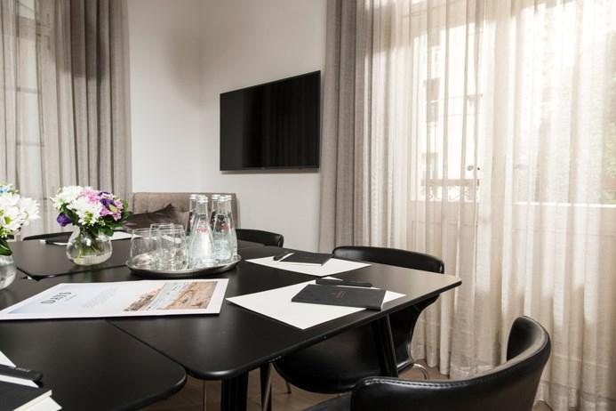 חדר ישיבות במלון דריסקו